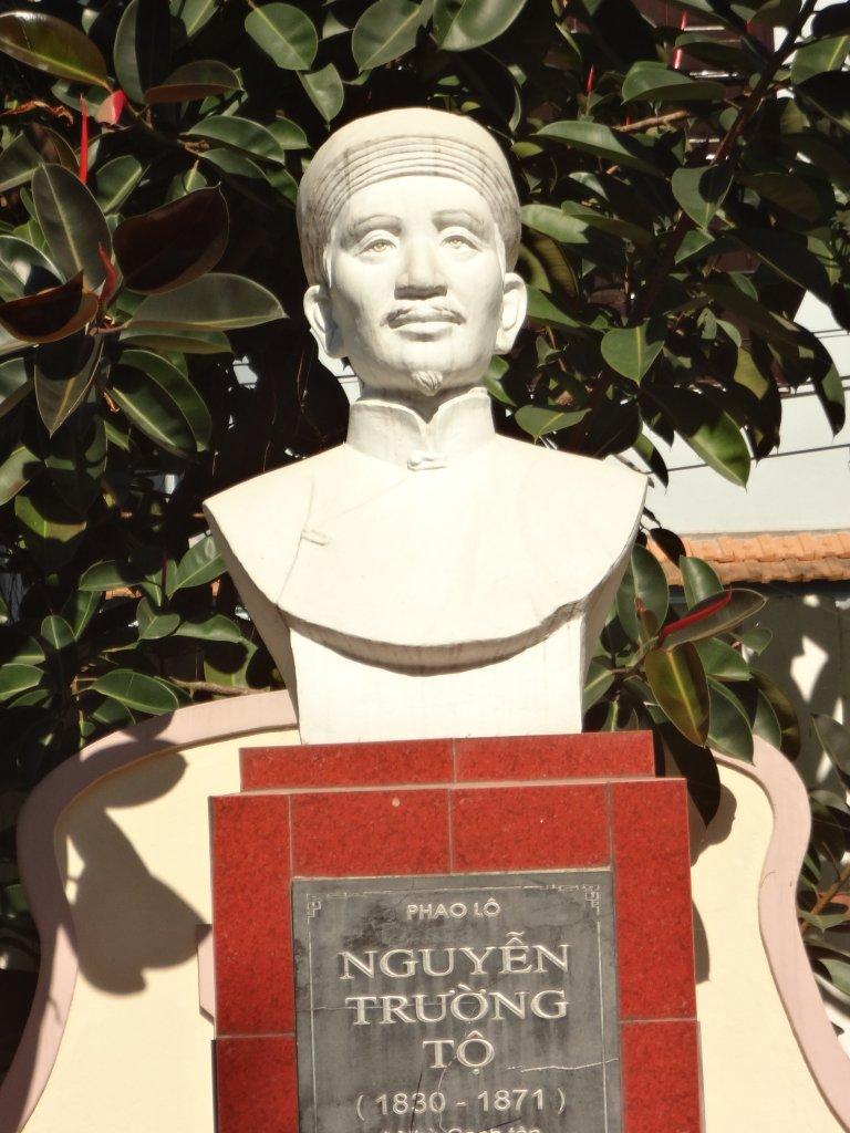 Bức tượng Phaolo Nguyễn Trường Tộ tại Trường THPT Nguyễn Trường Tộ, Tp. Vinh