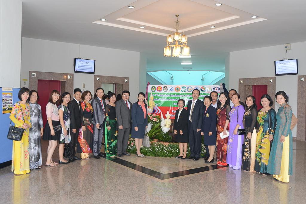 Đoàn tham dự Hội thảo do Viện Công Nghệ Mới tổ chức chụp ảnh lưu niệm cùng Đại diện Ban tổ chức.